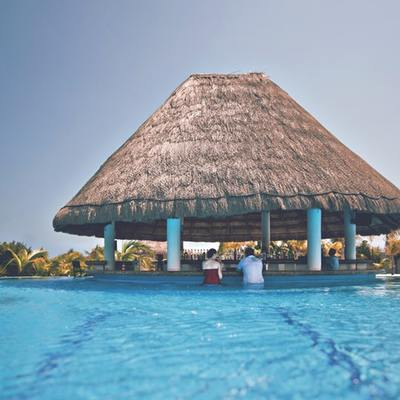 Bar na piscina remodelada