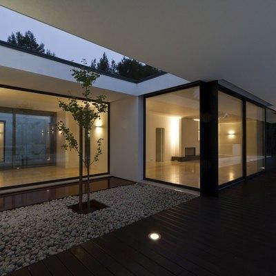 Arquitetura moderna com janelas de grandes dimensões