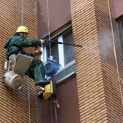 Limpeza de fachada e janelas de edifício