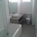 Remodelação de casa de banho com acabamentos em mico-cimento