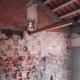Reboco arrancado e telhado novo