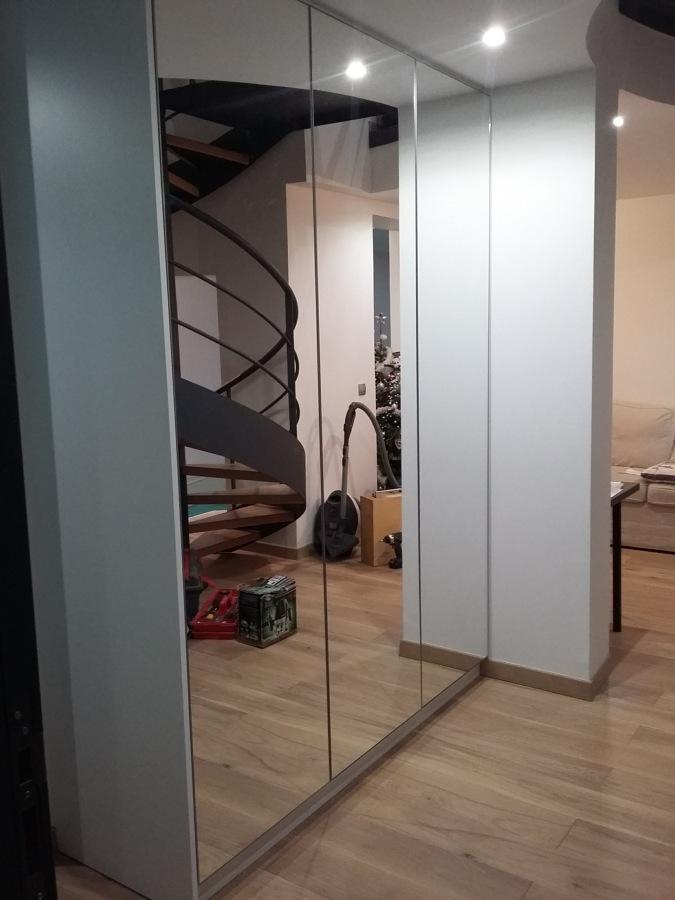 Roupeiro de portas com espelho