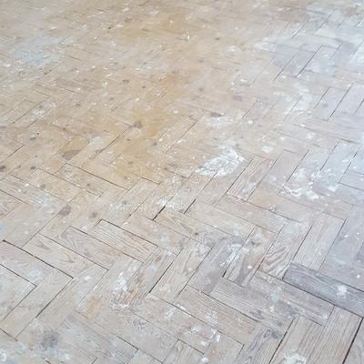 Reparação de pavimento em tacos de pinho