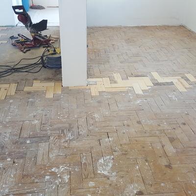 Reconstrução e reparação de pavimento em tacos de pinho com + de 40 anos