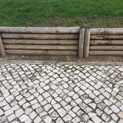 Contenção de terras em madeira tratada
