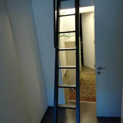 Escada interior para quarto sotão