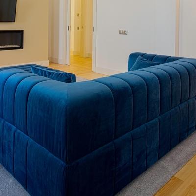 Sofá desenhado à medida em veludo azul marinho