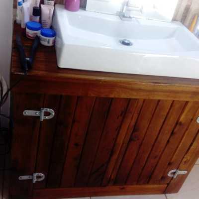 Construção de armário para casa de banho em madeira.