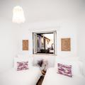 A simplicidade das cabeceiras num quarto muito pequeno