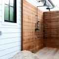 Chuveiros exteriores de madeira
