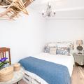Mobiliário vintage pintado decora este quarto