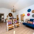 Mobiliário vintage pintado em conjunto com peças mais modernas