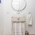 Na casa de banho foram utilizados móveis vintage