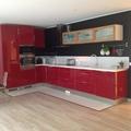 Na cozinha o vermelho contrasta com o preto