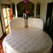 cama redonda lacada branca