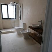 Antes e depois de uma remodelação de casa de banho