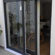Colocação de janela de correr paralela, com estores elétricos