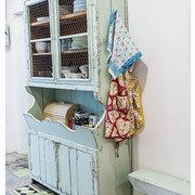 Um antigo louceiro é a alma da cozinha