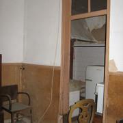 Vista da anterior sala de jantar com a cozinha ao fundo