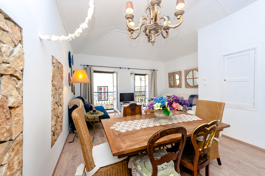 A sala cheia de cores e mobiliário vintage