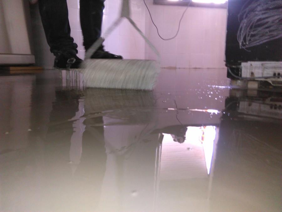 aplicação de argamassa liquida para alisamento da superfície a revestir com um novo pavimento