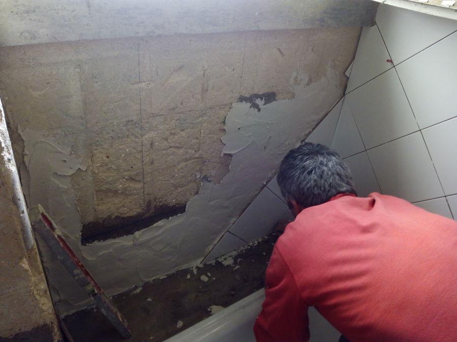 aplicação de revestimento cerâmico em paredes do quarto de banho