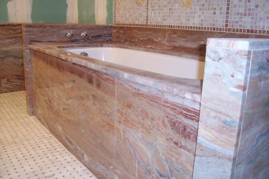 Banheira revestida a mármore