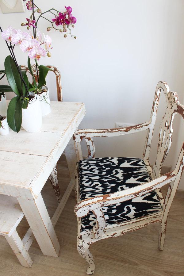Cadeiras pintadas a branco com bastante decapé
