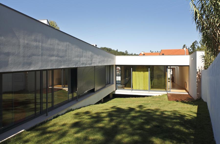 Casa em Almalaguês - quartos, salão e jardim