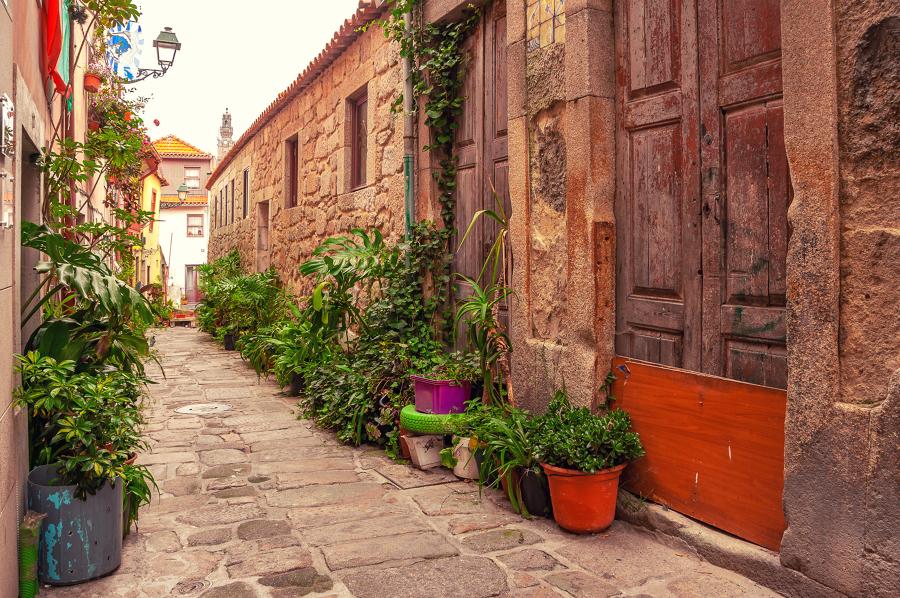 casas em becos medievais