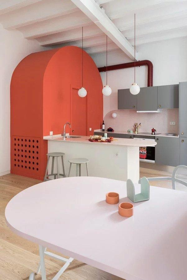Cinzento e coral na cozinha