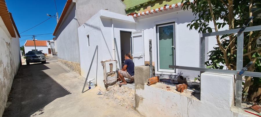 Demolição de muro, para construção de rampa para entrada de moto