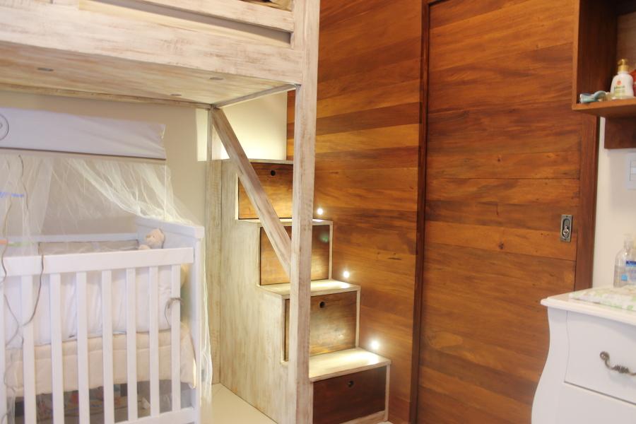 Detalhe da escada e porta de correr