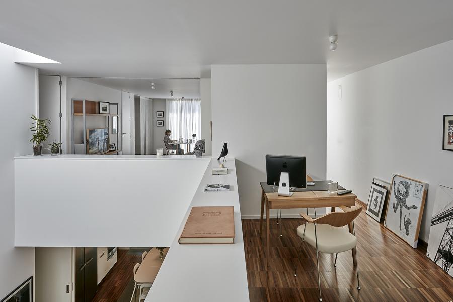 sala branca com piso de madeira
