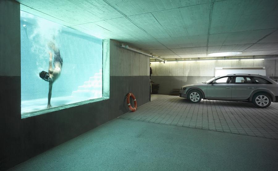 piscina com vistas subterráneas a garagem