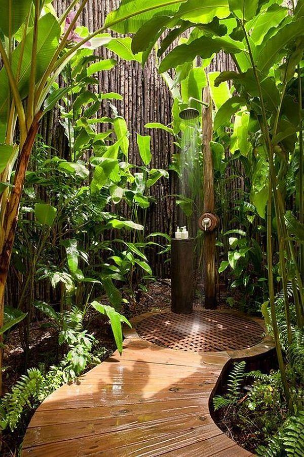 chuveiro exterior camuflado na vegetação