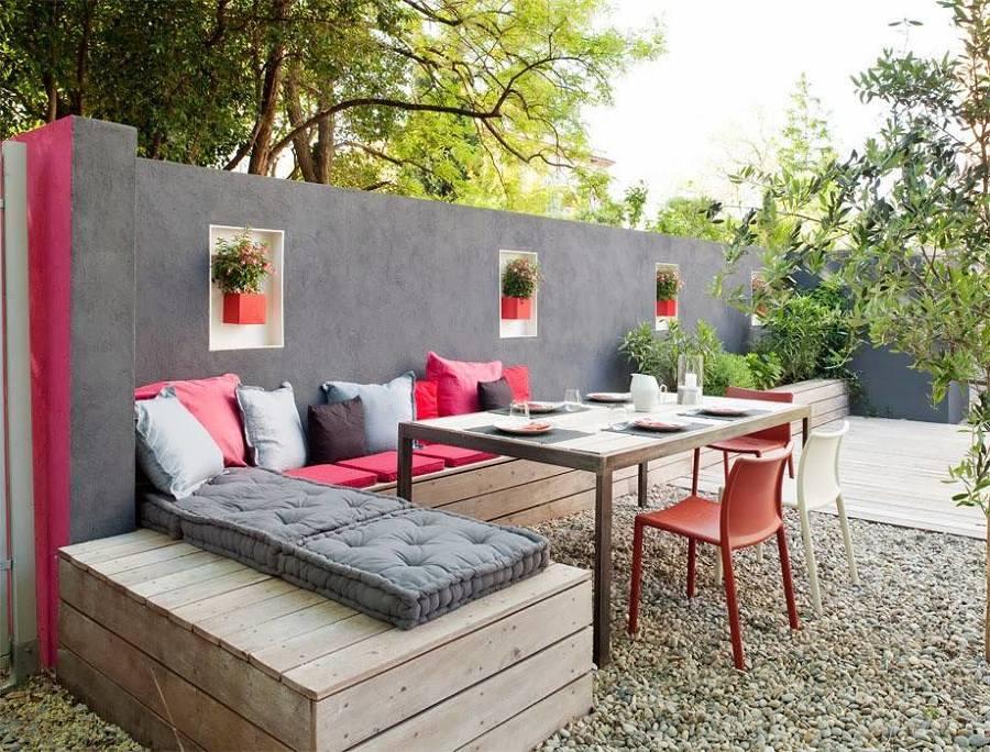 terraço com almofadas rosas
