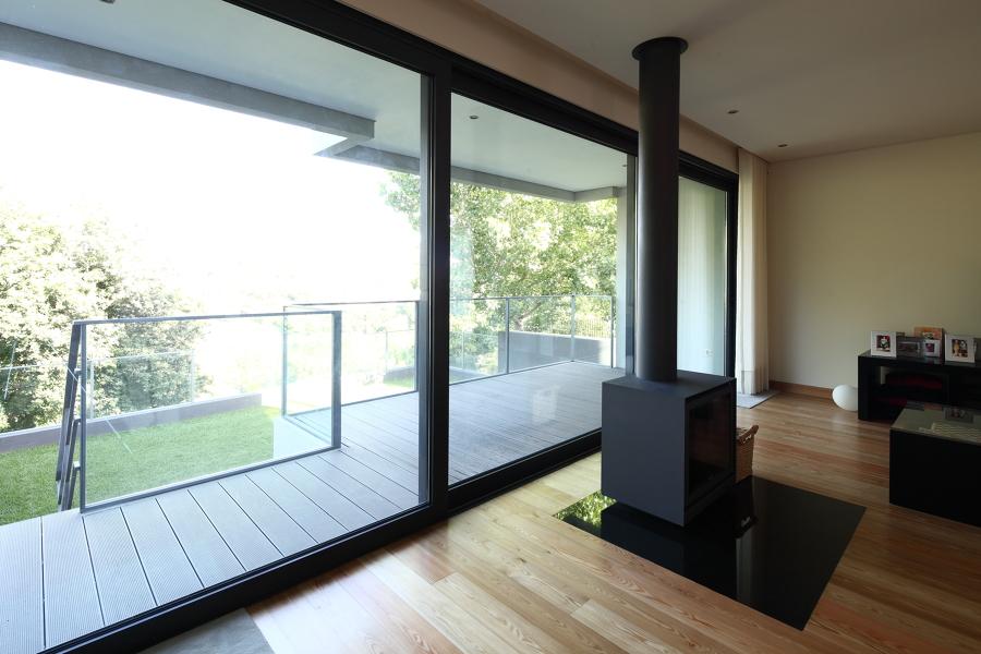 Interior - Sala / Exterior - Varanda e Logradouro