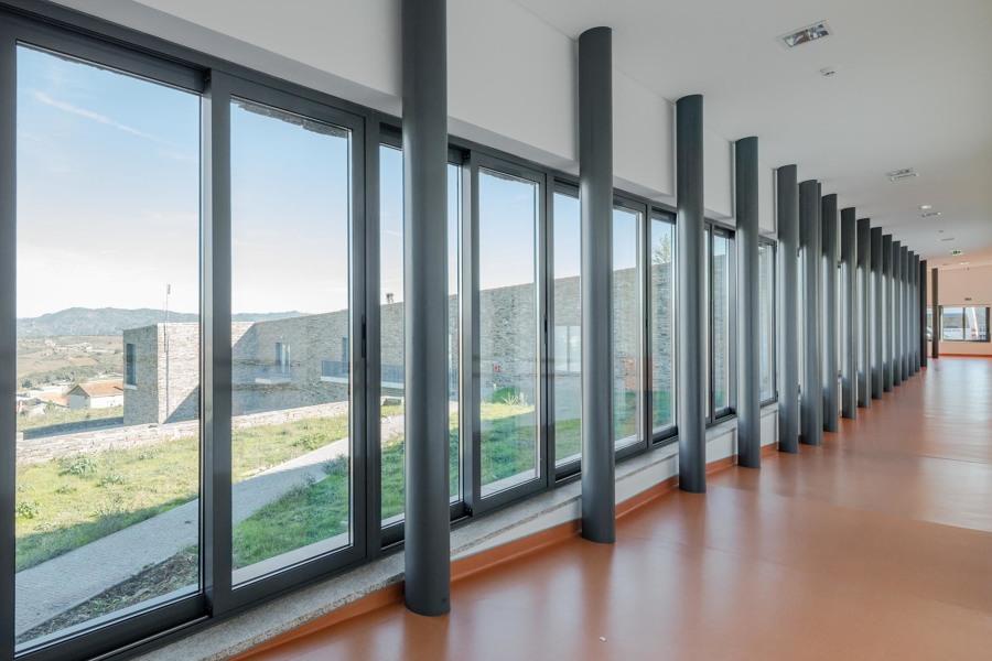 Lar - corredor das salas com vista panorâmica.