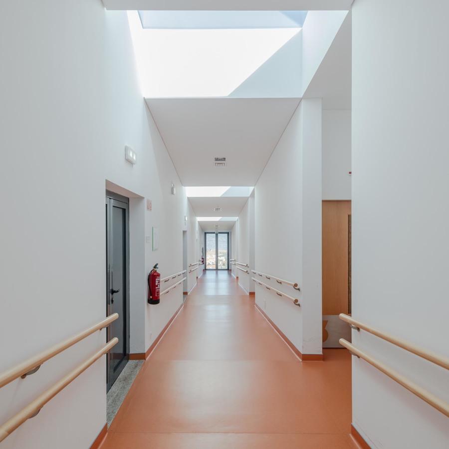 Lar - corredor dos Quartos com luz natural.