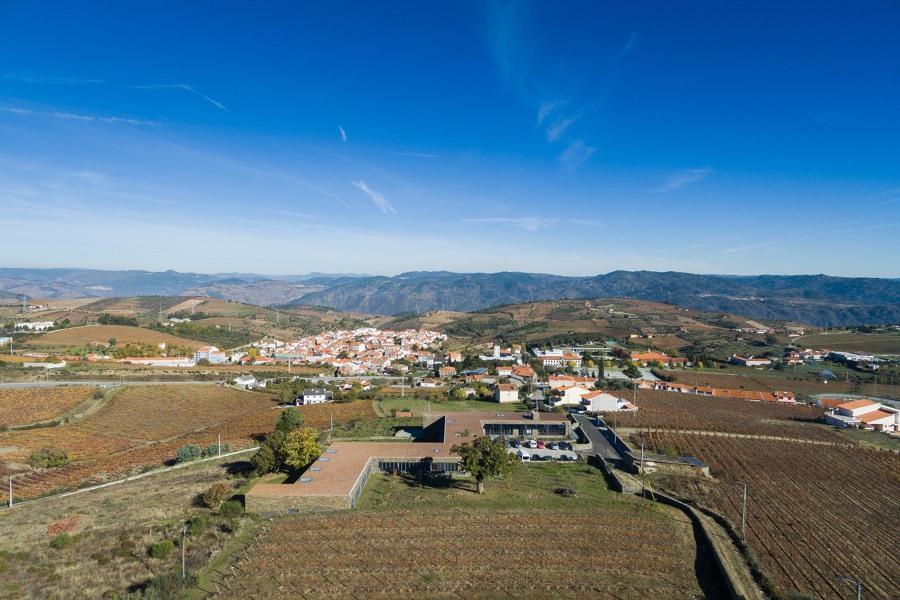 Lar e CAO - vista aérea com paisagem.