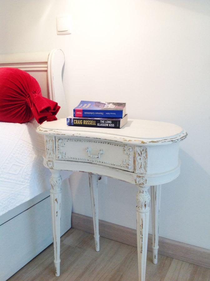 Mesa de cabeceira antiga pintada a branco decapé