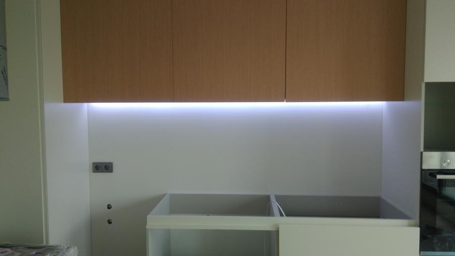 Montagem de fita led balcão cozinha