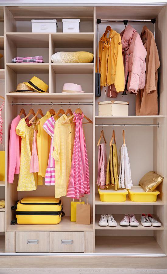 Opte por organizar a roupa por cores