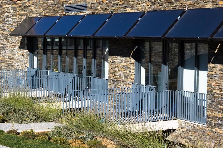 Painéis fotovoltaicos servem também de sombreamento.