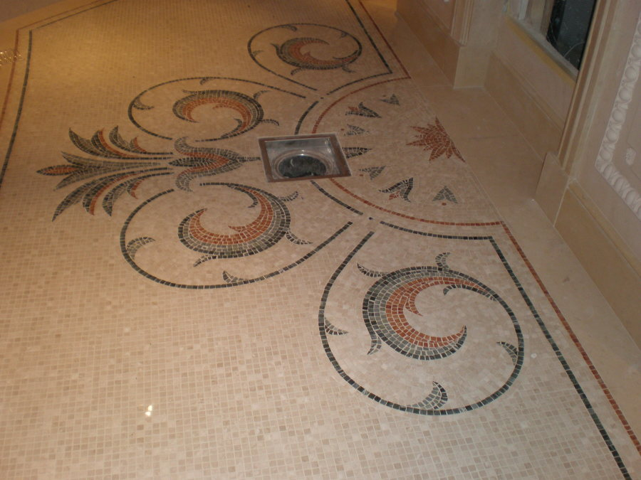 Pavimento com mosaico em mármore decorativo