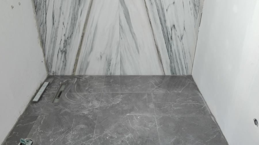 Pavimento de ladrilho e parede em mármore