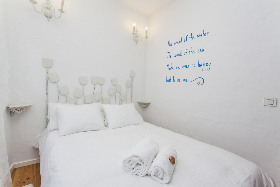 Pinturas na parede sobre o mar levam o visitante à praia