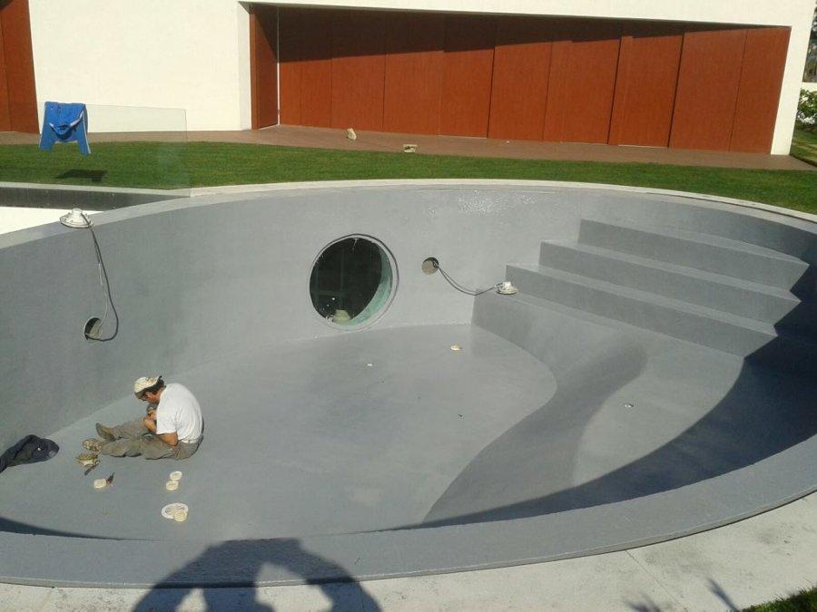Piscina impermeabilizada com poliureia com janela para bar por baixo da piscina