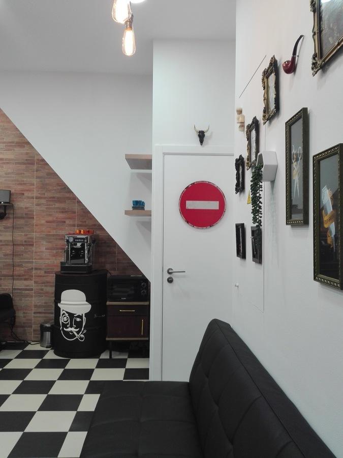 Plano de vista do sofá e parede com molduras